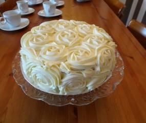 Prachtige witte rozentaart met creamcheese frosting