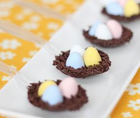 Snelle Paastip: chocolade vogelnestje op een lepel