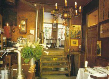 het caf bestond al in 1889 en sindsdien is er maar weinig aan het interieur veranderd een echt jordanees bruin caf met een verrassend