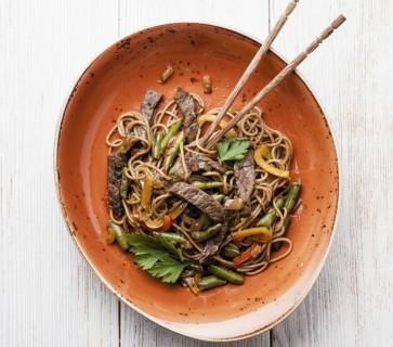Hoisinbiefstuk met noodles uit de wok