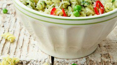 Afbeelding van pasta met pesto van doperwtjes en munt voor gerechten die je warm en koud kunt eten