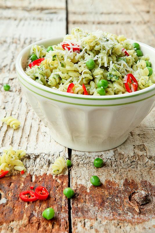 Afbeelding van pasta met pesto van doperwtjes en munt voor weekmenu gerechten die je warm en koud kunt eten