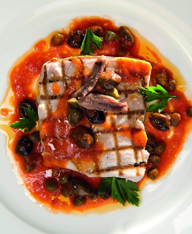Pesce spada alla puttanesca: zwaardvis met pittige saus