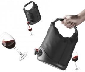 De ultieme handtas voor mannen: met een wijnvaatje!