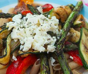 Pasta met gegrilde groenten en feta