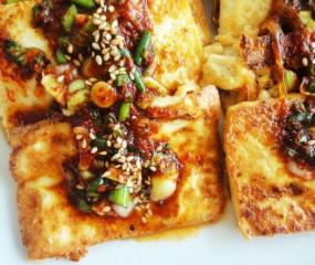 Gebakken Koreaanse tofu met pikante saus