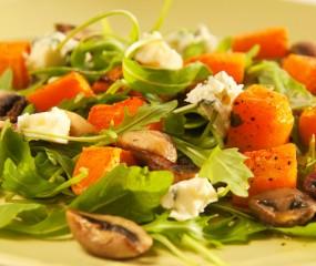 Warme salade van paddenstoelen en pompoen