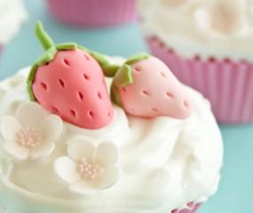 Te zoete aardbeien cupcakes met fondant