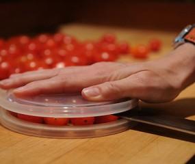 Geweldige tip om supersnel tientallen tomaatjes tegelijk te halveren