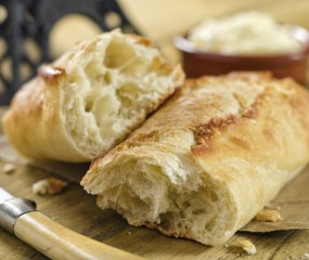 Heerlijk gevuld stokbrood met geitenkaas en salami