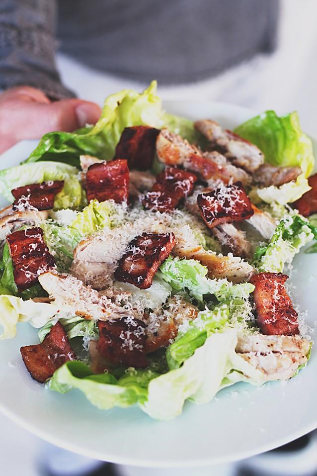 Caesar salade met kippendijen en spek
