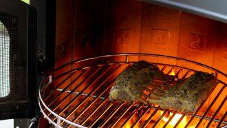 Lamsrack op de barbecue