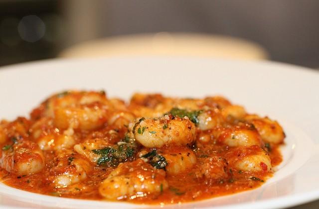 Gnocchi di patate met kip en verse spinazie