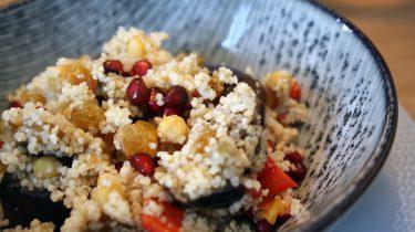 Foto van couscous met gegrilde aubergine, kikkererwten en granaatappelpitjes (gezonde recepten_