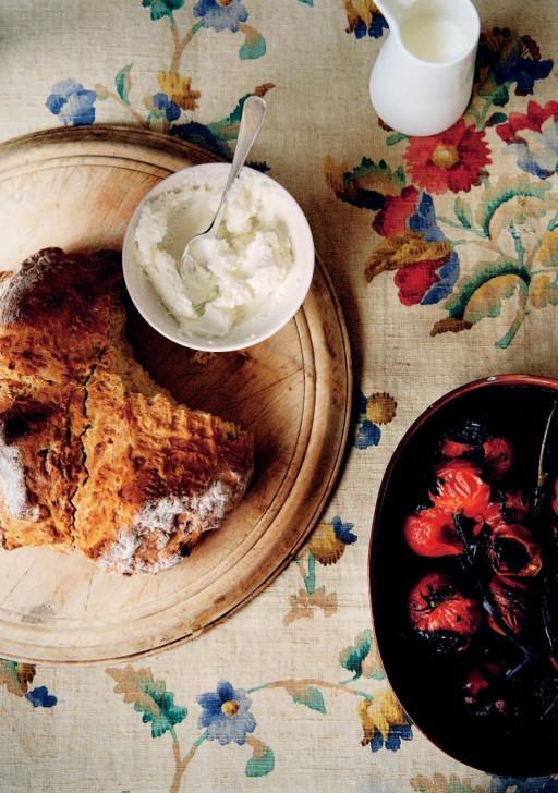 Zuurdesembrood met geitenkwark en gegrilde tomaatjes