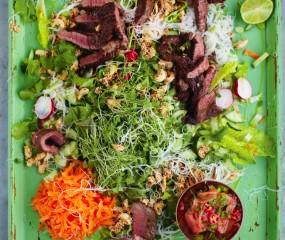 Jamie Oliver's Aziatisch rundvlees met noedelsalade & gemberdressing