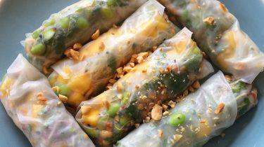 Foto van vega spring rolls met mango en edamame (gezonde recepten)