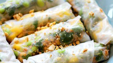 Foto van vega spring rolls met mango en edamame