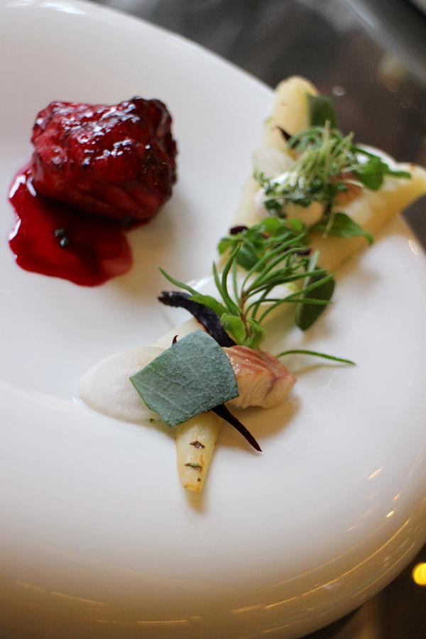 zeeduivel, met daarbij schorseneer, gerookte paling en stukjes gerookte biet