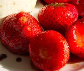 Klassieker met twist: balsamico-hangop met aardbeien