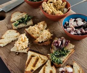 Winterse toast met octopus, krab en rucola