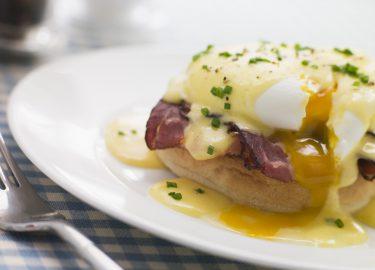 Vaderdagontbijt eggs benedict met hollandaise saus