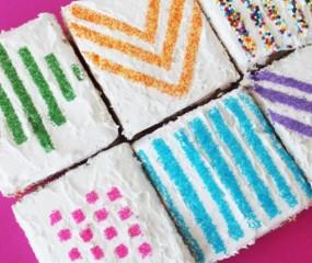 Patronen decoreren op taarten met bakpapier