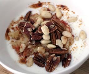 Culy Homemade: snelle yoghurt met appel, geroosterde noten & kaneel
