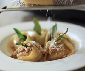 Homemade tortellini met pompoen, salie & beurre noisette