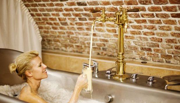 Zwemmen in een bad gevuld met bier is écht mogelijk - Culy.nl