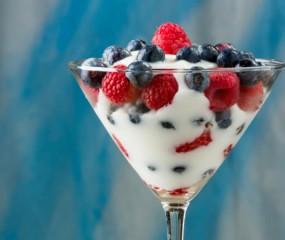 Yoghurt met frambozen & blauwe bessen in een Martini-glas