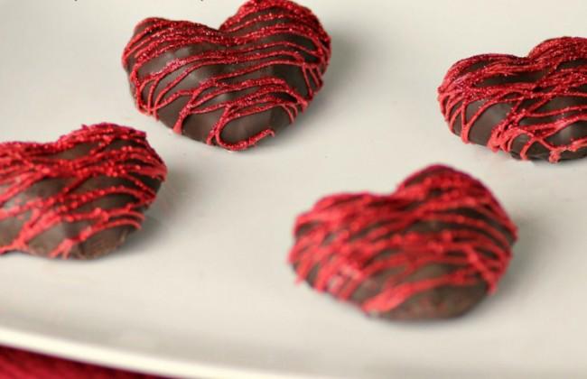 Chocolade-aardbeien in de vorm van een hartje