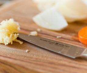 Slimme tip: bewaar fijngesneden knoflook in olijfolie