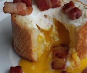 Wauw: in stokbrood gebakken ei met bacon