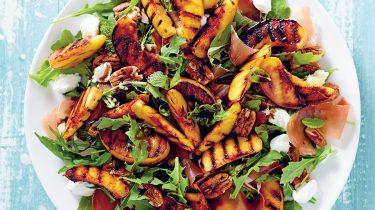 Afbeelding van salade met geroosterde perzik, pecannoten en prosciutto recept
