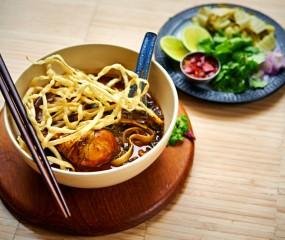 Aziatisch koken: Thaise currysoep met kip & kokosmelk