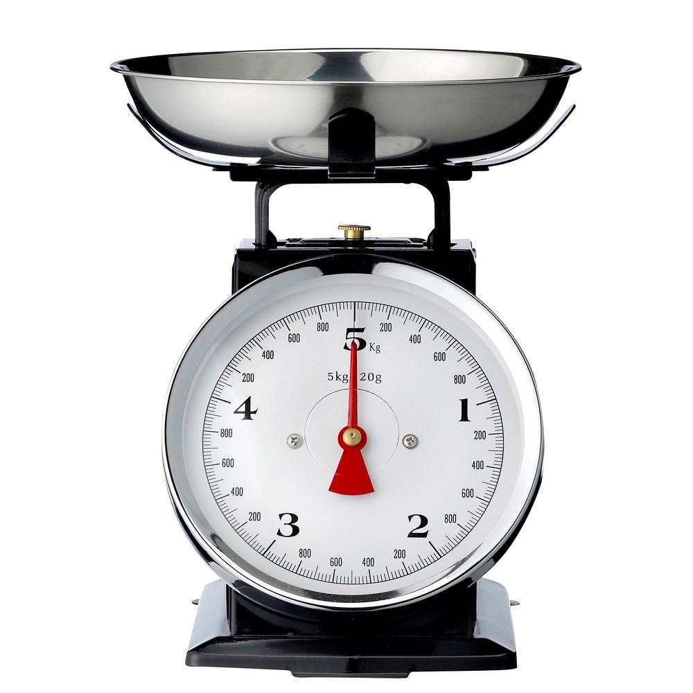 Retro Keukenweegschaal : Een ouderwetse analoge weegschaal, te koop in de kleuren zwart, zilver