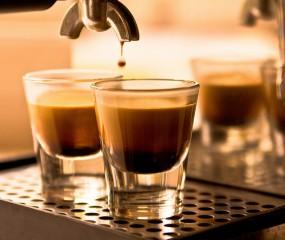Betoverende slow motion video van het zetten van koffie