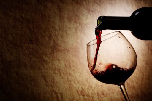 Fles en glas rode wijn