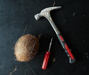 Kijk uit malloot, zo open je een hele kokosnoot!