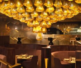 Tom Dixon geeft jaren '70 design aan Parijs restaurant