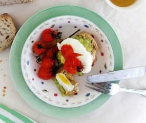 Toast met gepocheerde eieren, gegrilde tomaatjes en avocado