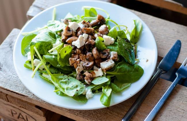 frisse salade met feta en gebakken champignons. Black Bedroom Furniture Sets. Home Design Ideas