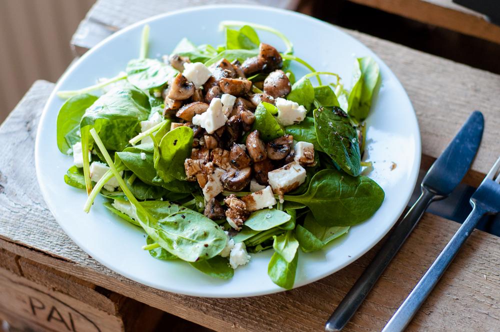 Frisse salade met feta en gebakken champignons - Salade de champignons frais ...