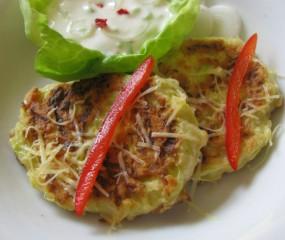Lekker hapje: courgette blini's met yoghurtdip