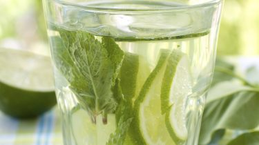Zomerse cocktail met gin en komkommer