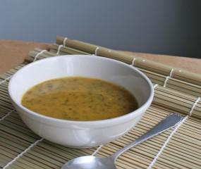 Superfood soep met boerenkool, zoete aardappel en kurkuma
