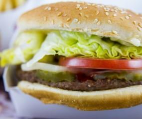 Man daagt fastfoodketens uit om burgers precies te maken zoals in de reclame