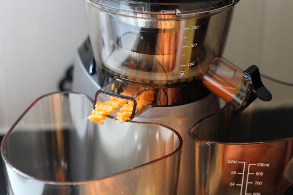 Met de fijne zeef erop: het pulp is gortdroog en wordt in een lange 'plak' uitgestoten