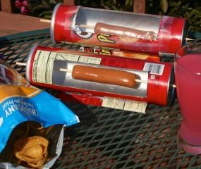Pringles-bus + satéprikker = zomerse oven voor worstjes